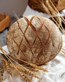 Pane a lievitazione naturale con grano sul tavolo