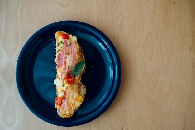 Pane a lievitazione naturale condito con pancetta e uova
