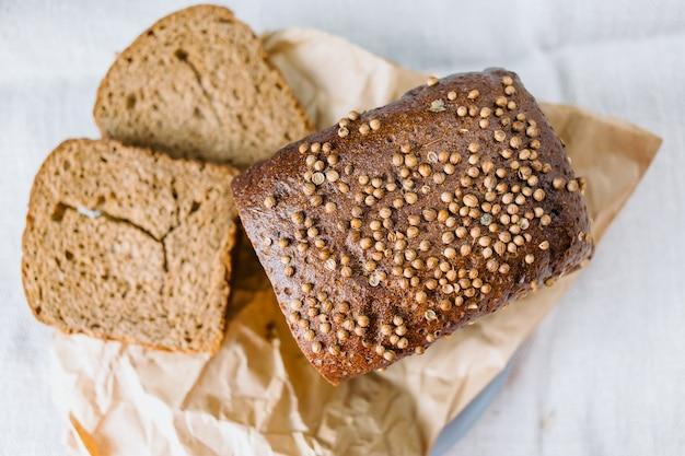 Pane affettato nero con il primo piano di coriandolo fresco
