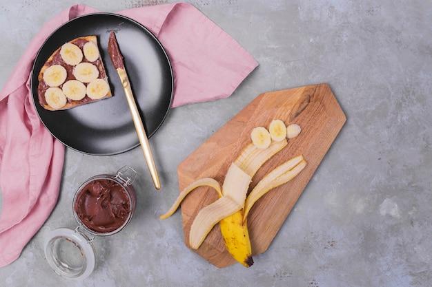 Pane al cioccolato con vista dall'alto di banana