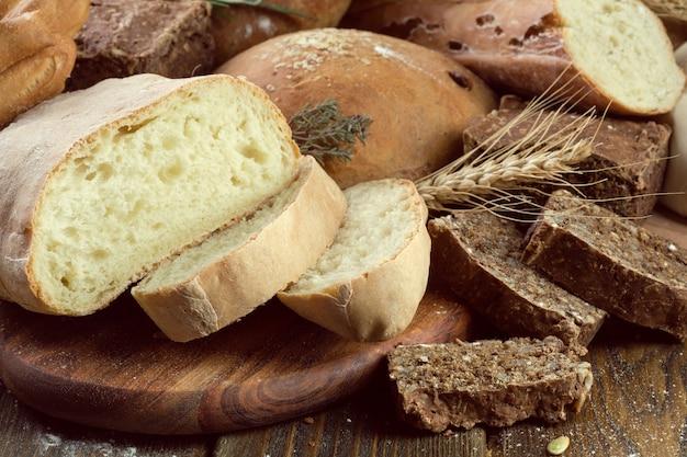 Pane al forno sul fondo della tavola in legno