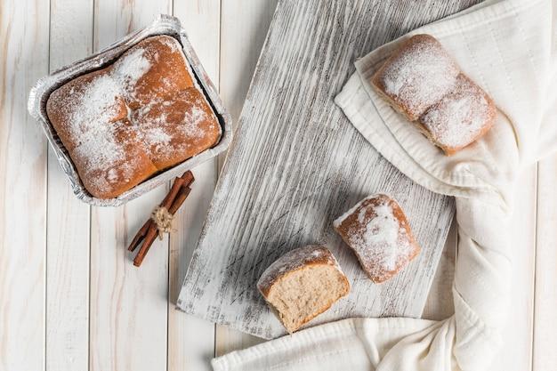 Pane alla cannella su una tavola di legno. consegna di dolci freschi.
