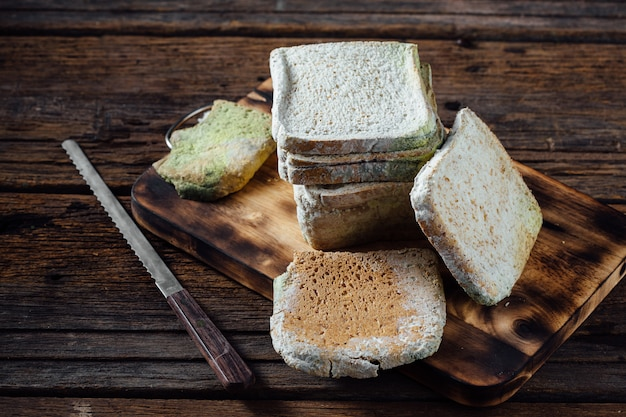 Pane ammuffito sulla tavola di legno