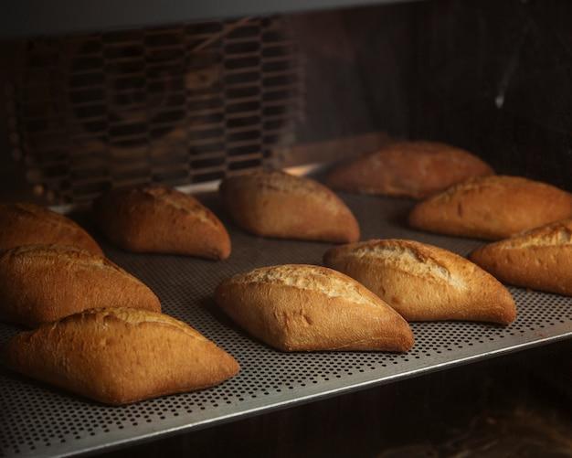 Pane appena sfornato nel forno