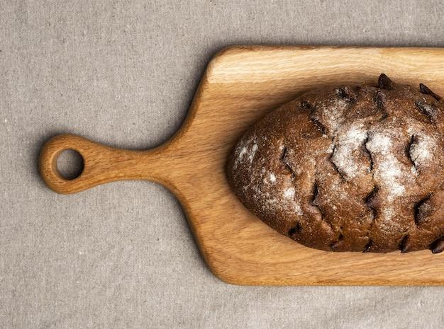 Pane appena sfornato su un tagliere di legno
