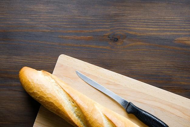 Pane appena sfornato su un tavolo di legno.