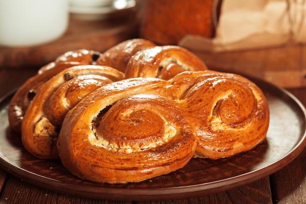 Pane appena sfornato sul tavolo di legno