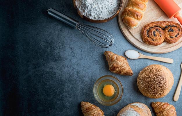 Pane appena sfornato sulla tavola di legno
