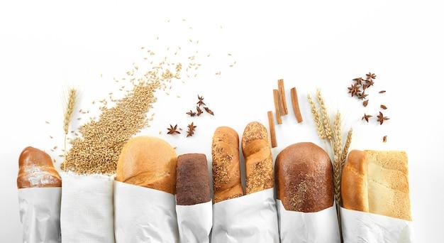 Pane assortito isolato su bianco