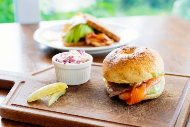 Pane bagel con salmone affumicato e verdure