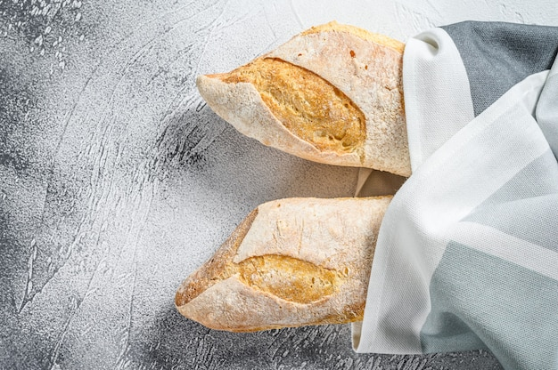 Pane baguette francese fresco. sfondo grigio