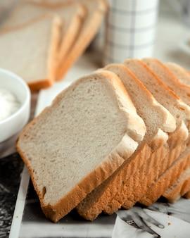 Pane bianco a fette sul tavolo
