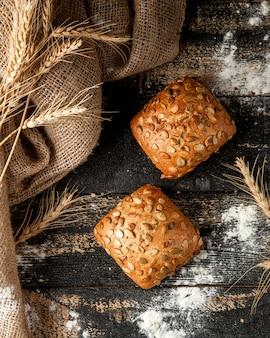 Pane bianco con farina di semi di zucca e grano sul tavolo