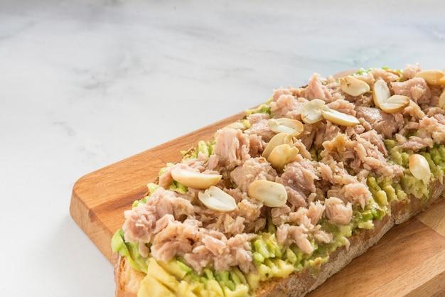 Pane con avocado, tonno e arachidi