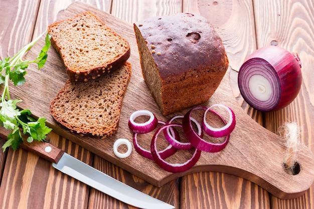 Pane con crusca e verdure su un tagliere