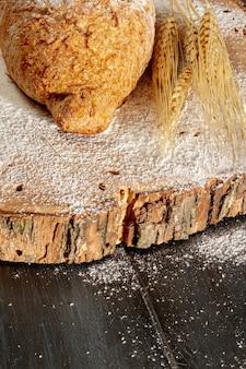 Pane con grano sul bordo di legno
