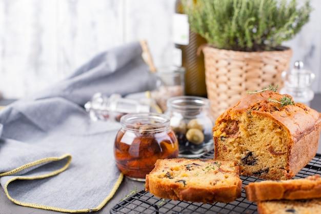 Pane con olive e pomodori secchi. cottura fatta in casa