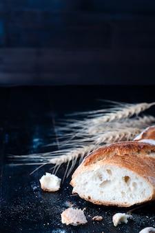 Pane con spighe di grano a bordo scuro