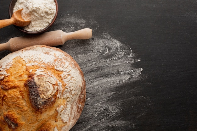 Pane cotto con crosta e farina