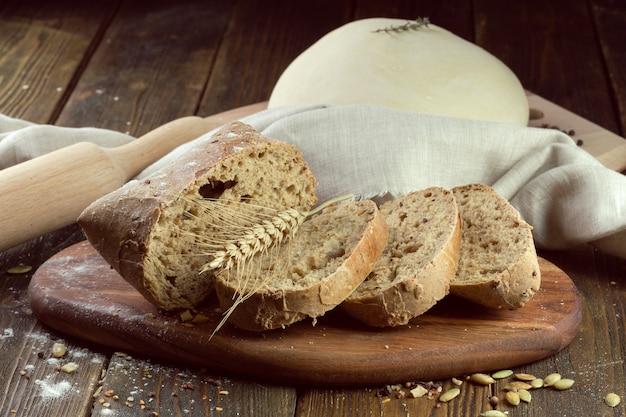 Pane cotto su sfondo di tavolo in legno