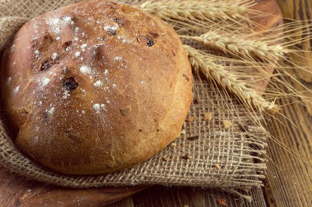 Pane cotto sul tavolo di legno