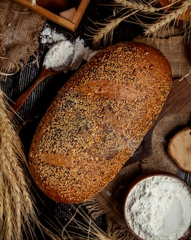 Pane croccante cosparso di semi e semi di papavero