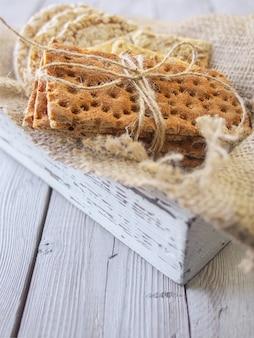 Pane croccante e pane croccante con girasole in scatola vintage in legno