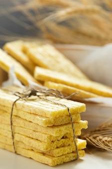 Pane croccante integrale e spighe di grano. cibo salutare.