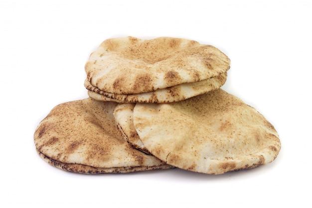 Pane della pita isolato su fondo bianco