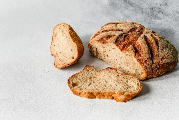 Pane di grano saraceno fatto in casa fresco. pane a lievitazione naturale sano. sfondo con posto per il testo.