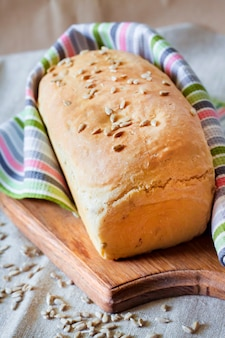 Pane di lievito bianco con semi di girasole