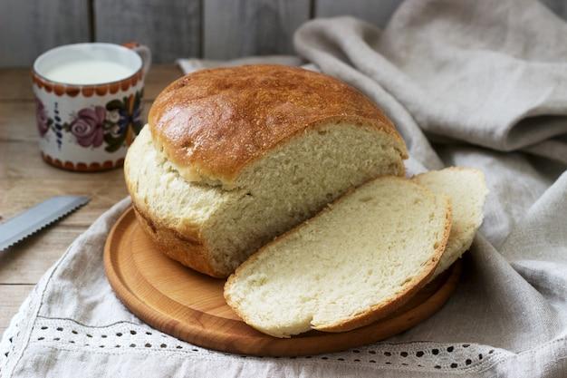 Pane di lievito di grano fatto in casa fresco su una tovaglia di lino. stile rustico.