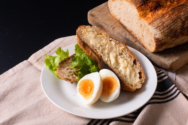 Pane di lievito naturale artigianale e uova sode in zolla bianca