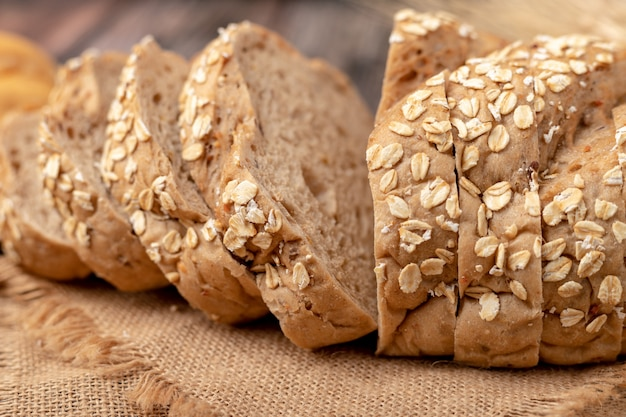 Pane di mais dorato affettato sul sacco
