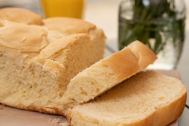 Pane di manioca delizioso e morbido (yucca, manioca, mandioca brasiliana). tavolo per la colazione.