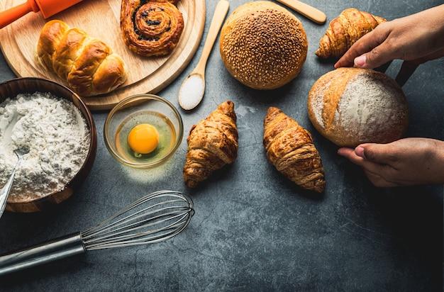 Pane di recente al forno sulla tavola di legno, concetto del forno, disposizione del piano di vista superiore
