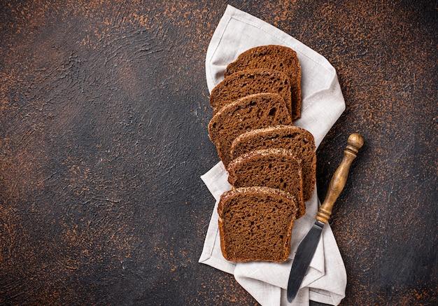 Pane di segale affettato fresco su fondo arrugginito