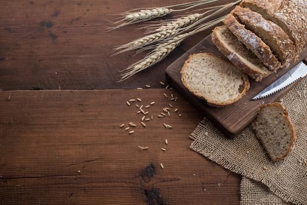 Pane di segale affettato sul tavolo