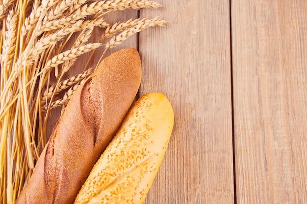Pane di segale appena sfornato con cereali e semi e steli di grano