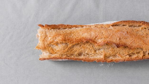 Pane di vista superiore su fondo bianco