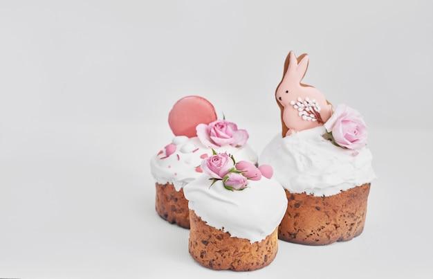 Pane dolce ortodosso di pasqua, torta pasquale con fiori e pan di zenzero. concetto della prima colazione di feste con lo spazio della copia.