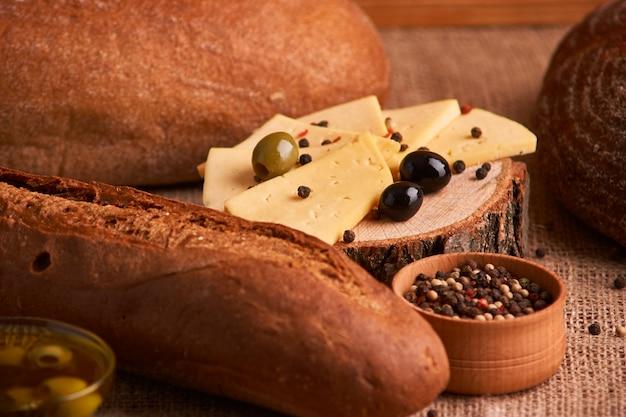 Pane e grano differenti sulla tavola rustica. messa a fuoco selettiva, da vicino