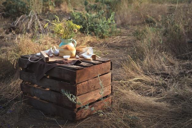 Pane e grano in condizioni naturali nella natura, natura morta nella lavorazione artistica.