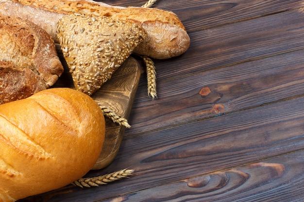 Pane e grano su fondo di legno bianco