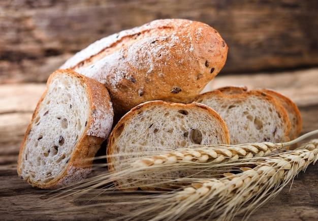 Pane e grano su legno