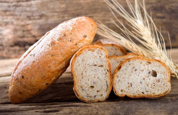 Pane e grano sul legno