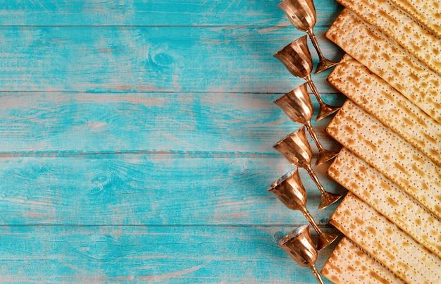Pane ebraico matzah su legno con sei bicchieri di vino. concetto di vacanza di pasqua