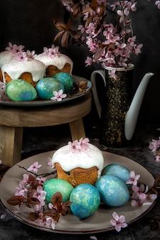 Pane ed uova di pasqua con i ramoscelli di fioritura. tema primavera