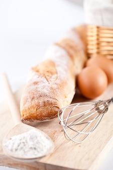 Pane, farina, uova e utensili da cucina