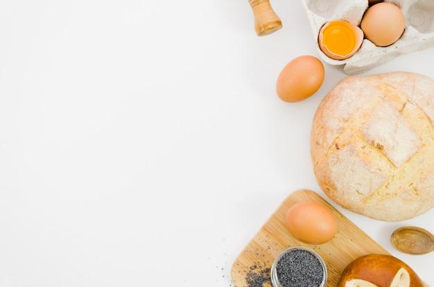 Pane fatto a mano con ingredienti e utensili da cucina